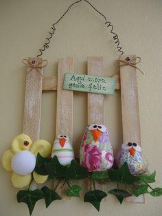 Enfeite com corujas Pallets, Mobiles, Christmas Ornaments, Holiday Decor, Crafts, Initial Door Hanger, Entry Doors, Kitchen Ornaments, Door Hangings