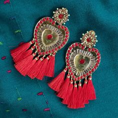 'aa'in' dicen en Wayuunaiki las mujeres de la Guajira cuando se refieren al corazón, al espíritu o a la voluntad.  #MercedeSalazar #Jewelry #Joyeria #Earrings #Aretes #Handicrafts #Artesania #Handmade #Hechoamano  #Colombia Sacred Heart, Crochet Earrings, Drop Earrings, Jewelry, Hand Made, Ear Studs, Hearts, Stud Earrings, Women