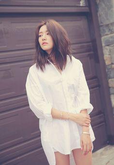 Style Nanda's High-Low Hem Boyfriend Shirt - Korean Hair Medium Hair Cuts, Medium Hair Styles, Short Hair Styles, Trendy Hairstyles, Girl Hairstyles, Asian Hairstyles, Korean Haircut Medium, Korean Makeup Look, Blonde Haircuts