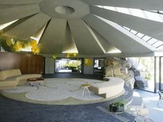The Arthur Elrod House in Palm Springs, California was used in the James Bond film, Diamonds are Forever. Built in the house was designed by architect John Lautner. Palm Springs, Interior Exterior, Interior Architecture, Building Architecture, Futuristic Architecture, Sustainable Architecture, Interior Walls, Exterior Design, Monolithic Dome Homes