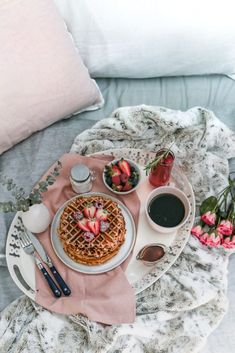 Crispy on the outside, chewy on the inside, these waffles are bursting with strawberry flavor and are a perfect way to treat mom on Mothers Day! Mothers Day Breakfast, Breakfast In Bed, Romantic Breakfast, Brunch Recipes, Breakfast Recipes, Brunch Ideas, Drink Recipes, Strawberry Waffles, Gastronomia