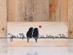 Panneaux de bois rustique aime des signes de bois Art bois récupéré signe amour oiseau peinture bois 5e anniversaire cadeau mariage cadeau pour Couple oiseaux sur un fil L'amour des oiseaux peinture sur bois - fait et prêt à l'expédition ! Celui de la première photo est celui que vous recevrez. *** C'est un simpliste, peinture rustique de deux oiseaux se reposant sur un fil avec les mots « vous et moi sont mieux que nous » capricieusement peint à côté d'eux. Il va ajouter au caractère…