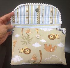 Bom dia hoje estou postando o passo à passo de como fazer um Porta Kit Higiene do Bebê…. Esse trabalho você encontra muito facilmente pela internet, inclusive o molde, mas mesmo assim eu não …