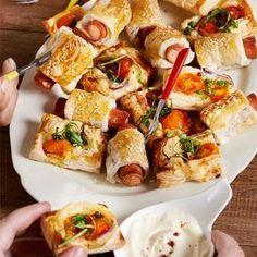 Przekąski z ciasta francuskiego Breakfast Desayunos, Good Food, Yummy Food, Yummy Chicken Recipes, Snacks Für Party, Appetizers For Party, Food Design, Tasty Dishes, Finger Foods