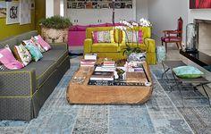 O living, com pé-direito duplo, abriga velhos sofás reformados com tecidos da Designers Guild. Repare que o amarelo-ouro do menor aparece também nos detalhes do maior. Projeto da designer de interiores Silvia Cavalcanti