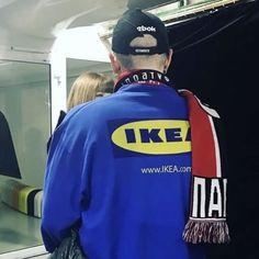 """""""유니폼을 좋아해요경호원 티셔츠를 입고 다닐땐 사람들이 제가 경호원인 줄 알더라고요모르는 사람은 내가 어떤 옷을 입는냐에 따라 날 판단하죠. 그게 재밌어요."""" 베트멍 쇼가 열리던 25일 '이케아(IKEA)' 직원 유니폼을 입은 뎀나 바잘리아(새 모자는 리복과 협업한 디자인?) 고샤 루브친스키가 입고 등장한 베트멍 DHL 티셔츠도 인기였죠 뎀나는 지난 발렌시아가 여성복 쇼에선 '스판덱스(SPANDEX)'가 적힌 티셔츠를 입었답니다 '구글(Google)' 로고 캡을 쓰고 꾸뛰르 쇼 주간 포착된 미로슬라바 듀마도 유니폼 행렬에 합류'애플뮤직' 프레젠테이션에 섰던 드레이크도 애플의 빈티지 유니폼 점퍼를 입었죠1998년부터 21년간 사용됐던 애플의 무지개 사과 로고가 새겨진 이 점퍼는 인터넷으로 직접 구했다는군요드레이크가 입은 후 이베이에서 거래가격이 $3999 까지 치솟았을정도로 인기 올해는 유니폼 하나쯤 눈 여겨 봐야겠어요 (@suzymenkesvogue @svmoscow…"""