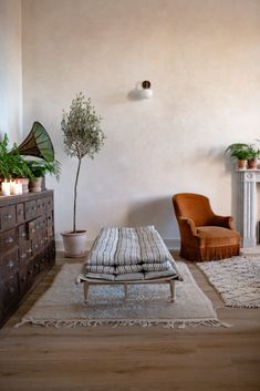 Vintage and sustainable inspired home with antique decor My Living Room, Home And Living, Natural Living, Slow Design, Interior And Exterior, Interior Design, Antique Decor, Antique Interior, Slow Living