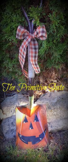 The Primitive Skate: Painting Some Fall. Primitive Fall, Primitive Crafts, Primitive Christmas, Rustic Christmas, Holidays Halloween, Halloween Crafts, Halloween Decorations, Fall Decorations, Primitive Decorations