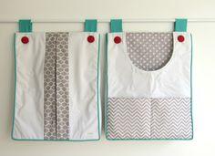 Duo de bolsões porta fraldas para facilitar o dia a dia das mamães. <br>O bolsão com abertura frontal permite o acesso às fraldas com apenas uma das mãos. <br>Feitos sob encomenda, com as cores e temas escolhidos para combinar com o restante da decoração.