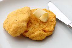 BLW-Rezept für Süßkartoffel-Rosmarin-Biscuits auf babyspeck.at, selbstgemachte Brötchen für Babys ab 6 Monaten, für die Kita-Box oder Kindergartenjause