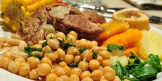 El puchero canario, como la mayoría de los cocidos españoles, es, por sí mismo, un menú completo. Sobre todo, cuando con su caldo se prepara una sopa de primero y, luego, se acompaña de un buen escaldón de gofio.