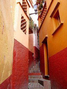 El callejon del Beso, Guanajuato.