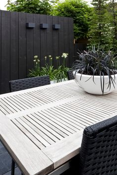 Garden Design Ideas & Inspiration : Kleine moderne tuin hoekwoning Black wall and white table interspersed with greenery, beautiful. Pinned to Garden Design by Darin Bradbury. Backyard Fences, Garden Fencing, Bamboo Fencing, Driveway Fence, Fence Landscaping, Pool Fence, Backyard Ideas, Back Gardens, Outdoor Gardens