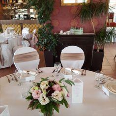 Klasszikus kötött virgcsokor, pasztel színben. Table Settings, Minden, Table Decorations, Home Decor, Decoration Home, Room Decor, Place Settings, Home Interior Design, Dinner Table Decorations