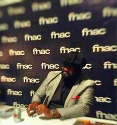 Gregory Porter firmando ejemplares de sus discos.