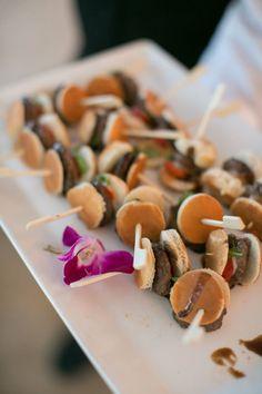 brochette apero dinatoire original petits hamburgers avec mini pain et petite boulette de viande Mini Pains, Mini Quiches, Hamburgers, Recipes, Food, Cheese Quiche, Meatball, Food Recipes, Sushi Platter