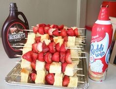 : Summer of 60 Pins, Strawberry Shortcake Kabobs use bananas and strawberries! Köstliche Desserts, Delicious Desserts, Dessert Recipes, I Love Food, Good Food, Yummy Food, Strawberry Shortcake Kabobs, Strawberry Cheesecake, Yummy Treats