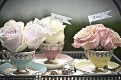 tea cup avec roses à mettre devant les plats pour décrire les aliments