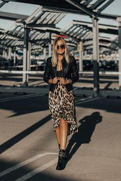 44280471392 Black bodysuit+leopard print ruffle midi skirt+black belt+black lace-up  embellishment boots+black leather jacket+black chain bag+gold  necklace+sunglasses.