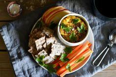 Hummus med bakt gulrot og gurkemeie er deilig på smak og får en ganske kraftig guloransje farge. Den kan brukes som tilbehør, dipp eller til tapas. Palak Paneer, Curry, Ethnic Recipes, Food, Curries, Essen, Meals, Yemek, Eten