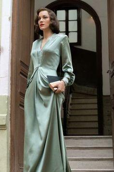 Marion Cotillard in Allied - Kleider - 1940s Fashion, Vintage Fashion, Club Fashion, Fashion Tips, Fashion Trends, Pretty Dresses, Beautiful Dresses, Gorgeous Dress, 40s Mode
