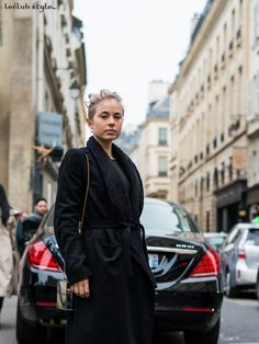 Street Style portraits by Ángel Robles. Fashion Photography from Paris Fashion Week. Woman wearing a total black outfit and a mirror-clutch, portrait on the street, Paris.