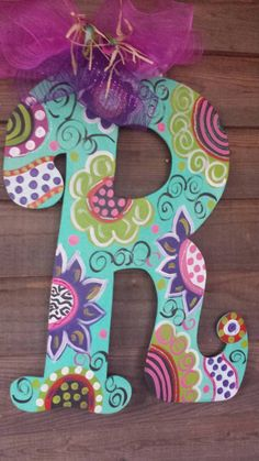 Hottest Cost-Free Colorful Polka Dot Wood Letter Initial Door Hanger Tips Your individual door hanger Sure, the classic is needless to say the door pendant, by which on leadi Painted Initials, Wooden Initials, Painting Wooden Letters, Diy Letters, Letter A Crafts, Painted Letters, Painting On Wood, Decorated Letters, Alphabet Letters
