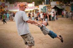 Khoảnh khắc hạnh phúc của hai bố con. Ảnh: Digital Photography School.