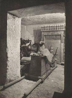 Tesouro de tutancâmon, 1926, por Harry Burton. Um quartinho fora da Câmara mortuária na tumba de tutancâmon.