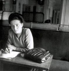 Simone de Beauvoir, Café de Flore, Paris, 1945. Photo par Denise Bellon.