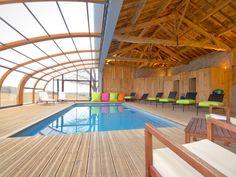 Un abri de piscine sur un hangar rustique