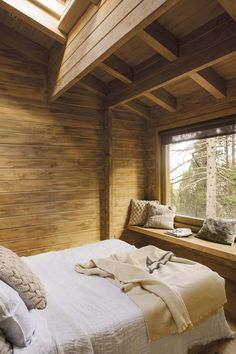 Dreamy rustic cabin in the middle of a Spanish forest - Cabane din lemn - Bed Design, Design Case, House Design, Design Bedroom, Cabin Interiors, Rustic Interiors, Casa Hotel, Cabin Interior Design, Simple Interior