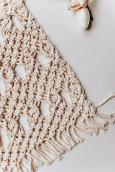 Inside : A simple tutorial for these pretty diy macrame placemats. You only three basic knots for this one - and they are also the easiest knots to master! Macrame Tutorial, Diy Tutorial, Macrame Wall Hanger, Half Hitch Knot, Easy Paper Crafts, Macrame Design, Macrame Projects, Macrame Knots, Macrame Patterns