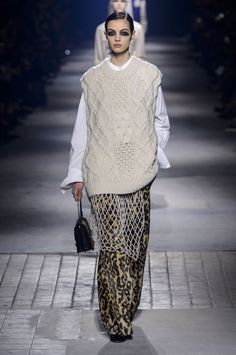 Dries Van Noten Fall 2016 Ready-to-Wear Collection Photos - Vogue.oh come ON that sweater is insane. Knitwear Fashion, Knit Fashion, Fashion Show, Fashion Design, Fashion Trends, Fashion Week Paris, Oversize Look, Dries Van Noten, Knit Vest Pattern