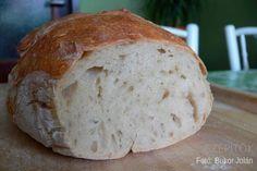 Hároméve csak ilyen kenyeret eszünk. Dagasztás nélkül készül. Van saját receptem, ami bevált - írja Olvasónk, Jolán. Köszönjük a receptet! Dagasztás nélküli kenyér Hozzávalók 1 kg kenyérliszt- BL80 (Szlovákiában T650) 7 dl langyos víz 1 csomag instant élesztő 2 kávéskanál só Elkészítés A kelesztőtálba beleöntjük a 7 dl vizet, hozzáadjuk az élesztőt, a sót, és elkavarjuk, hogy az élesztő kicsit szétolvadjon. Hozzáöntjük a lisztet, és addig keverjük, amíg szépen összeáll a kovász (1,5- 2 perc)... Healthy Homemade Bread, Bread Recipes, Cooking Recipes, Hungarian Recipes, Baking And Pastry, Bread And Pastries, Bread Rolls, How To Make Bread, No Bake Cake