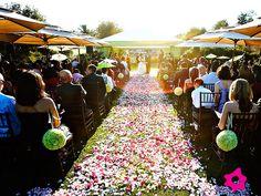 Decorar el pasillo de la ceremonia de la boda con pétalos de flores de colores