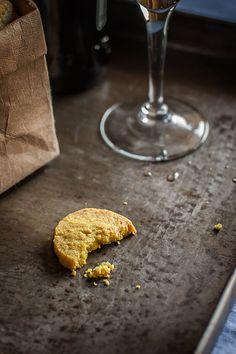 Hace ya algún tiempo que descubrí estas galletas saladas para el aperitivo y las hago con relativa frecuencia, porque siempre arrasan entre mis invitados. Entran solas con un buen vinito o una cerveza fresca y dan mucha conversación, son un auténtico rompehielos. Probadlas si no me creéis. Este tipo de galleta realmente es una masa quebrada salada aromatizada con ingredientes diversos, como pimentón, queso rallado, curry... lo que se os ocurra. Pero la base es la misma de la masa quebrada…