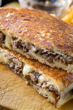 The melted, soft center and toasted-brown exterior of this delicious Steak and Mushroom Grilled Cheese has the best of crunchy and gooey in a single bite! Grill Sandwich, Soup And Sandwich, Grilled Sandwich Ideas, Healthy Sandwich Recipes, Cheese Sandwich Recipes, Panini Recipes, Vegetarian Sandwiches, Grilled Cheese Recipes, Beef Recipes