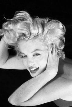Marilyn Monroe In Photo By Milton Greene. Marylin Monroe, Marilyn Monroe Fotos, Joe Dimaggio, Divas, Vintage Hollywood, Classic Hollywood, Brigitte Bardot, Glamour, Milton Greene