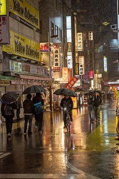 rainy night in Tokyo, Japan Rainy City, Parasols, Umbrellas, Tokyo Streets, I Love Rain, Rainy Night, Rainy Days, Tokyo Night, Japan Street