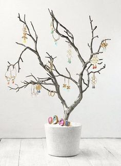 dawanda DIY by koshikira - how to make a jewelry tree koshikira Diy Jewelry Holder, Jewelry Stand, Concrete Crafts, Creation Deco, Diy Jewelry Inspiration, Jewelry Tree, Jewellery Display, Tree Decorations, Diy Tutorial