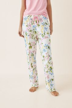 Long pyjama trousers in a floral print in pastel shades. Linen Trousers, Pastel Shades, Color Beige, Nightwear, Lounge Wear, Floral Prints, Pajama Pants, Comfy, Fashion