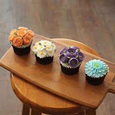블랑비 플라워케이크 클래스~  정규반 3주차 수강생 작품~ 미니장미,데이지,기초형라넌큘러스,스카비오사 네가지 꽃을 배우는 시간이에요~  섬세한…