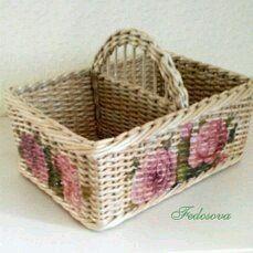 Lovely basket with roses. Newspaper Basket, Newspaper Crafts, Paper Weaving, Tapestry Weaving, Wooden Laundry Basket, Bathroom Baskets, Art N Craft, Basket Decoration, Hand Quilting