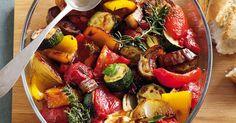 So viele farbenfrohe Gemüse, intensive Aromen und herrliche Kräuterdüfte in einem Topf machen Lust auf Sommer und Süden.