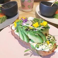 Avocado show off  Hier au premier avocado bar d'Europe que dis-je du mooooonde ! @theavocadoshow #avocadolover #ailleursisbetter #wheninamsterdam