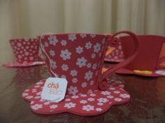 Hoje eu trago uma xícara de EVA! com fundo, pires e tudo o que tem direito uma xicara pode servir como lembrança para chás em geral, centro de mesa, enfeites para casa, em fim, o que sua imaginação permitir... E como presentinho vou postar também o