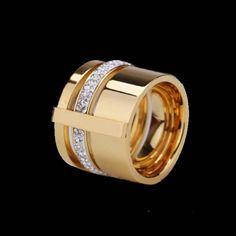 ANILLO LUNAAnillo de acero inoxidable bañado en oro 24k. Talla 8: 17,75 mm aprox.IVA incluido en el precio.No se aceptan devoluciones de complementos.La resolución y brillo de la pantalla puede variar el color de las piedras.