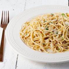 Spicy, oily goodness. This delicious Italian recipe for spaghetti aglio e olio is ready in about 15 minutes, serves 4 people.