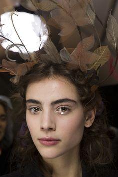 Christian Dior Spring 2017 Couture Beauty Photos - Vogue aplicações de estrelas • moda glitter • ideias para festas • ideias para o carnaval